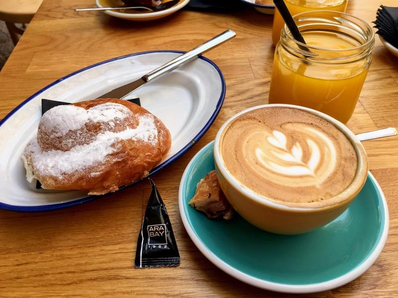 Cappuccino + Ensaïmada + Orangensaft im Arabay Coffee - Palma de Mallorca - Foro © Helmut Hackl