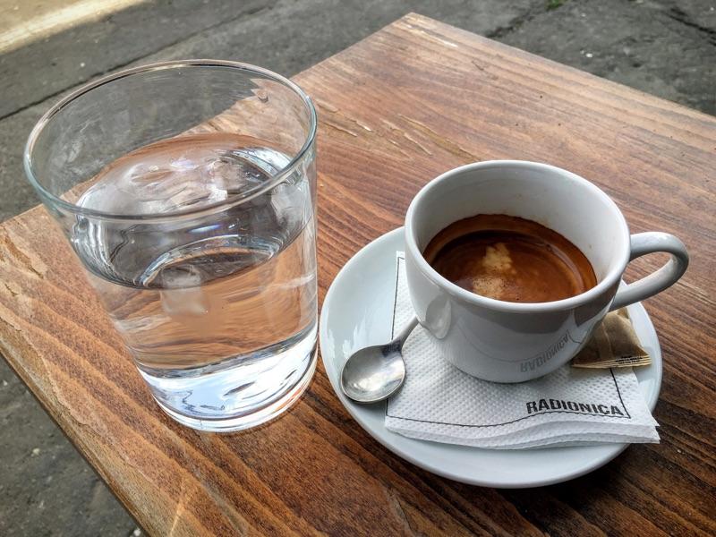 Espresso in der Radionica Bar in Belgrad - Foto © Helmut Hackl