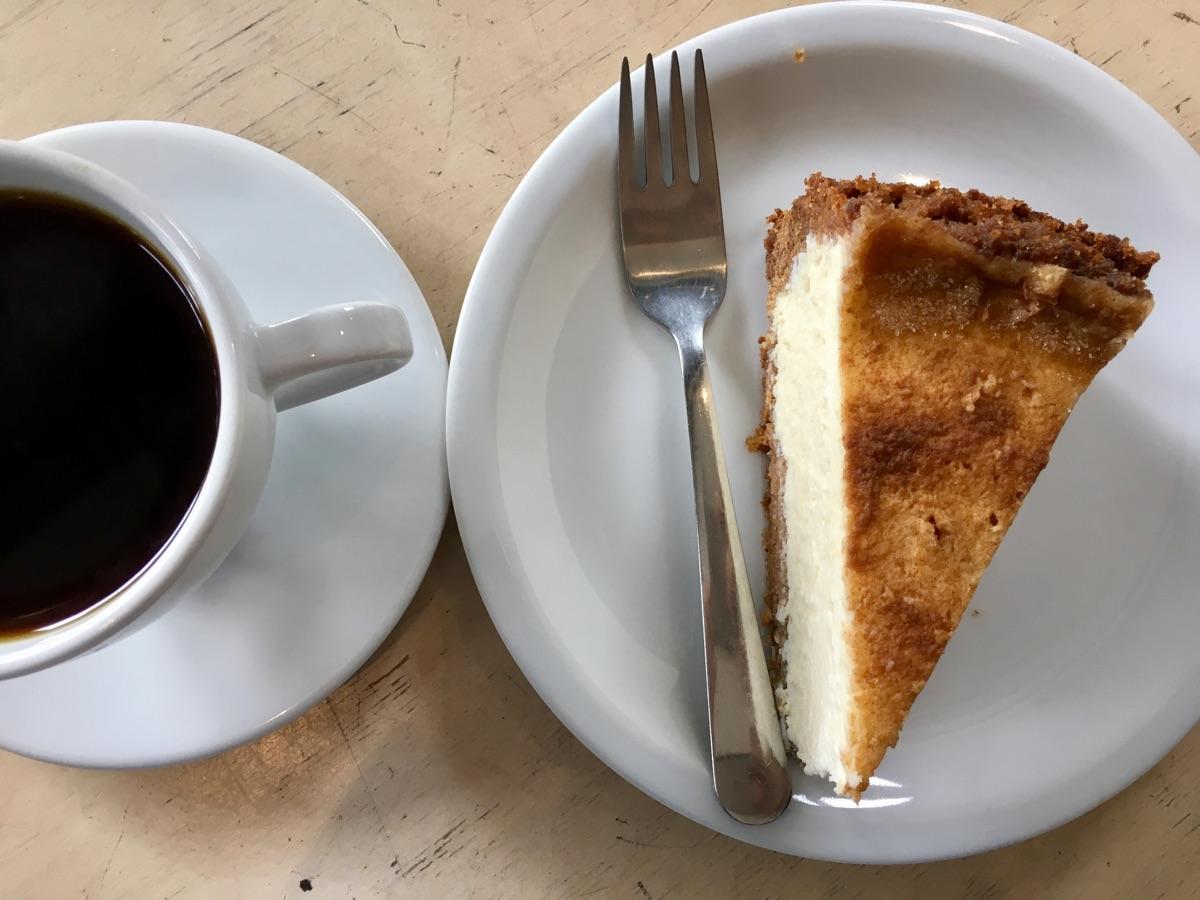 Filterkaffee & Cheesecake in der Massolit Bakery in Krakau | Foto © Helmut Hackl