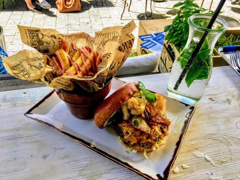Surf & Turf Burger+ Fires im Kunsthaus Cafe Graz - Foto © Helmut Hackl