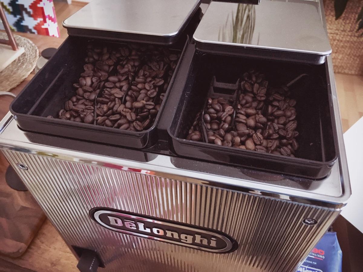 De'Longhi Maestosa Kaffeevollautomat - zwei Bohnenbehälter & Mühlen   Foto © Helmut Hackl