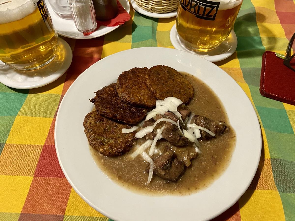 Hausgulasch als Mittagsmenü in der Moritz Brauerei in Olmütz | Foto © Helmut Hackl