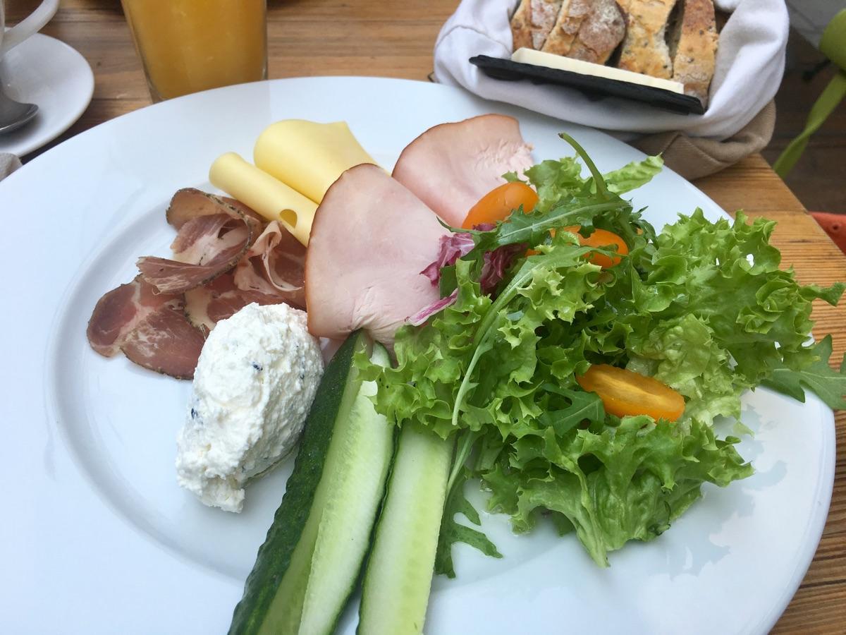 klassische Frühstücksplatte im Bazar Kocha - Warschau | Foto © Helmut Hackl