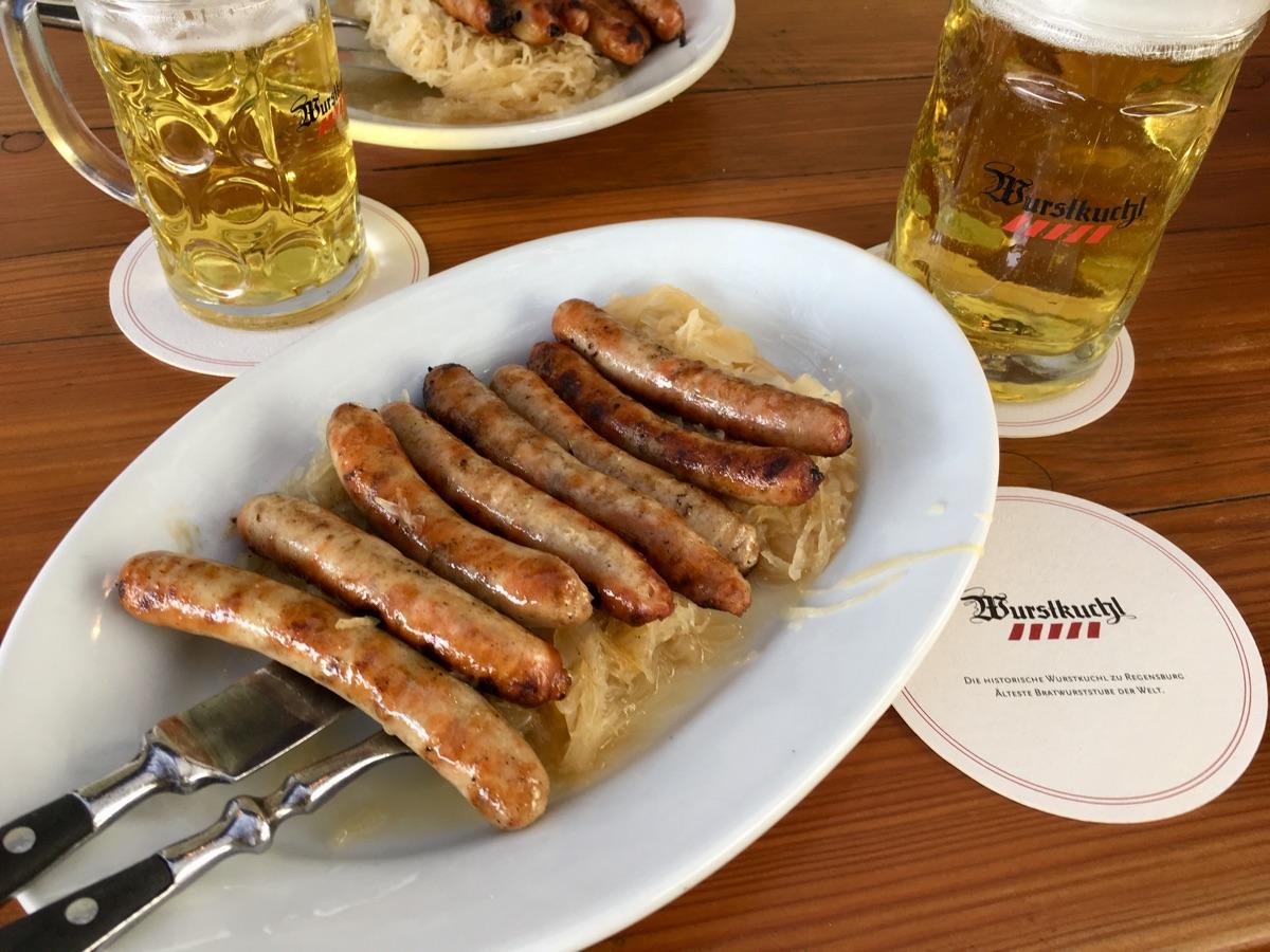 Bratwürste vom Rost mit Sauerkraut in der Wurstkuchl Regensburg | Foto © Helmut Hackl