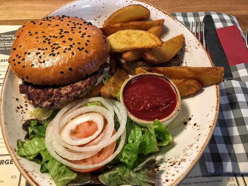 Schweinderl Burger im Zündwerk - Foto © Helmut Hackl