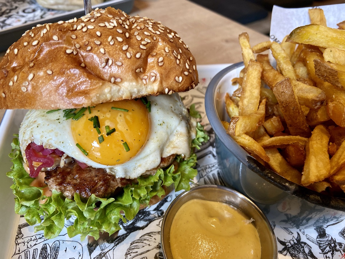 Sunny Side Up + Pommes im Omnom Burger | Foto © Helmut Hackl