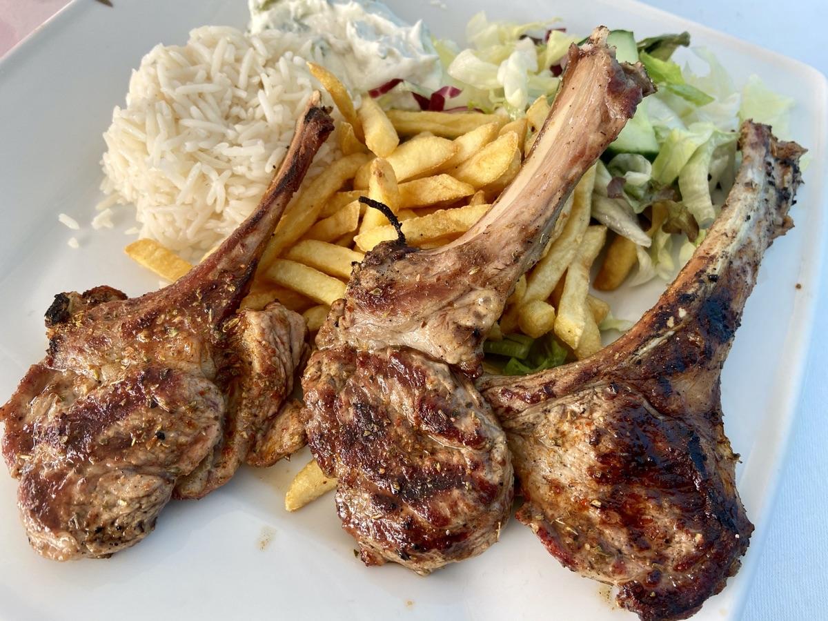 Lammkoteletts mit Tzatziki und Reis im Rembetiko | Foto © Helmut Hackl