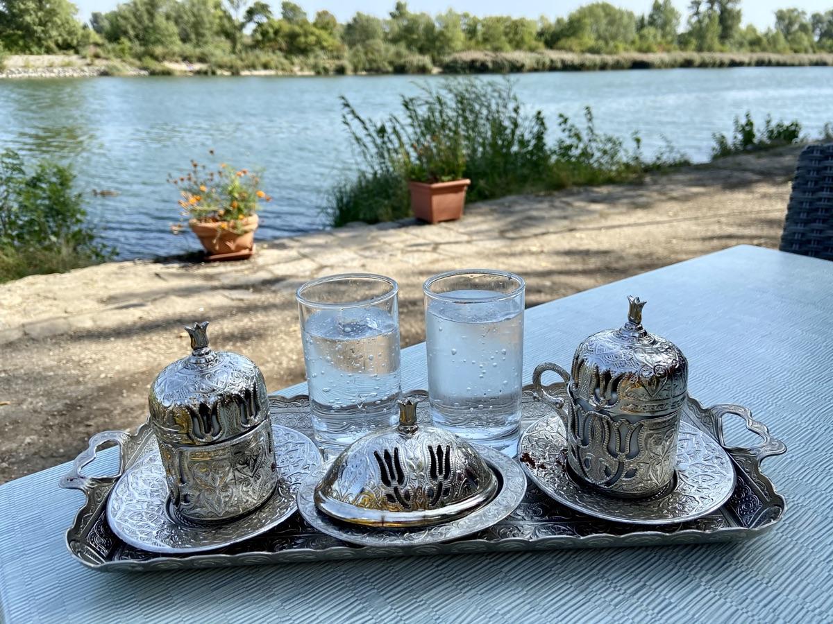 türkischer Kaffee im Flamingo Restaurant   Foto © Helmut Hackl