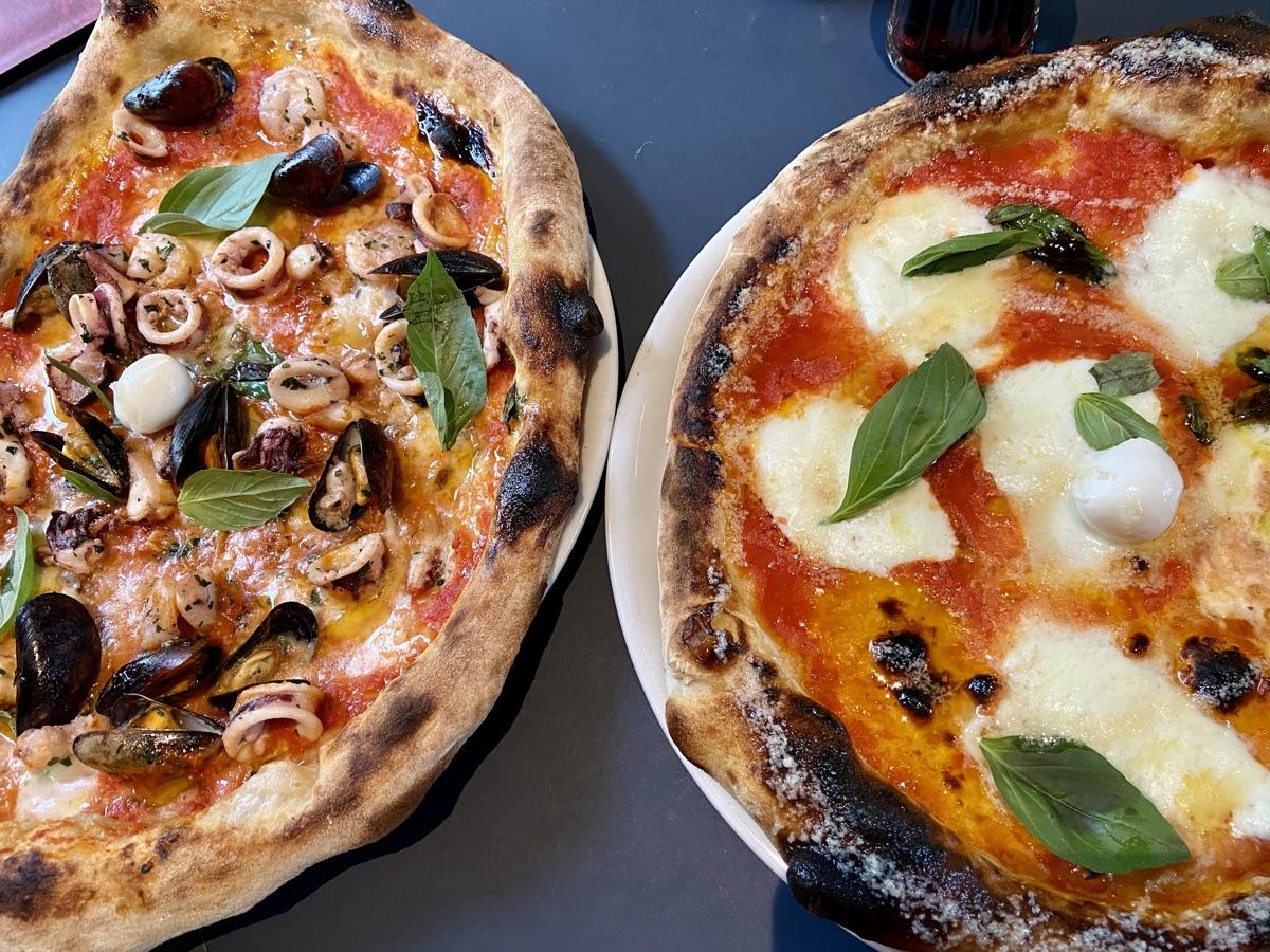 Pizza Frutti di Mare & Pizza Bufalina in der Bella Compagnia   Foto © Helmut Hackl