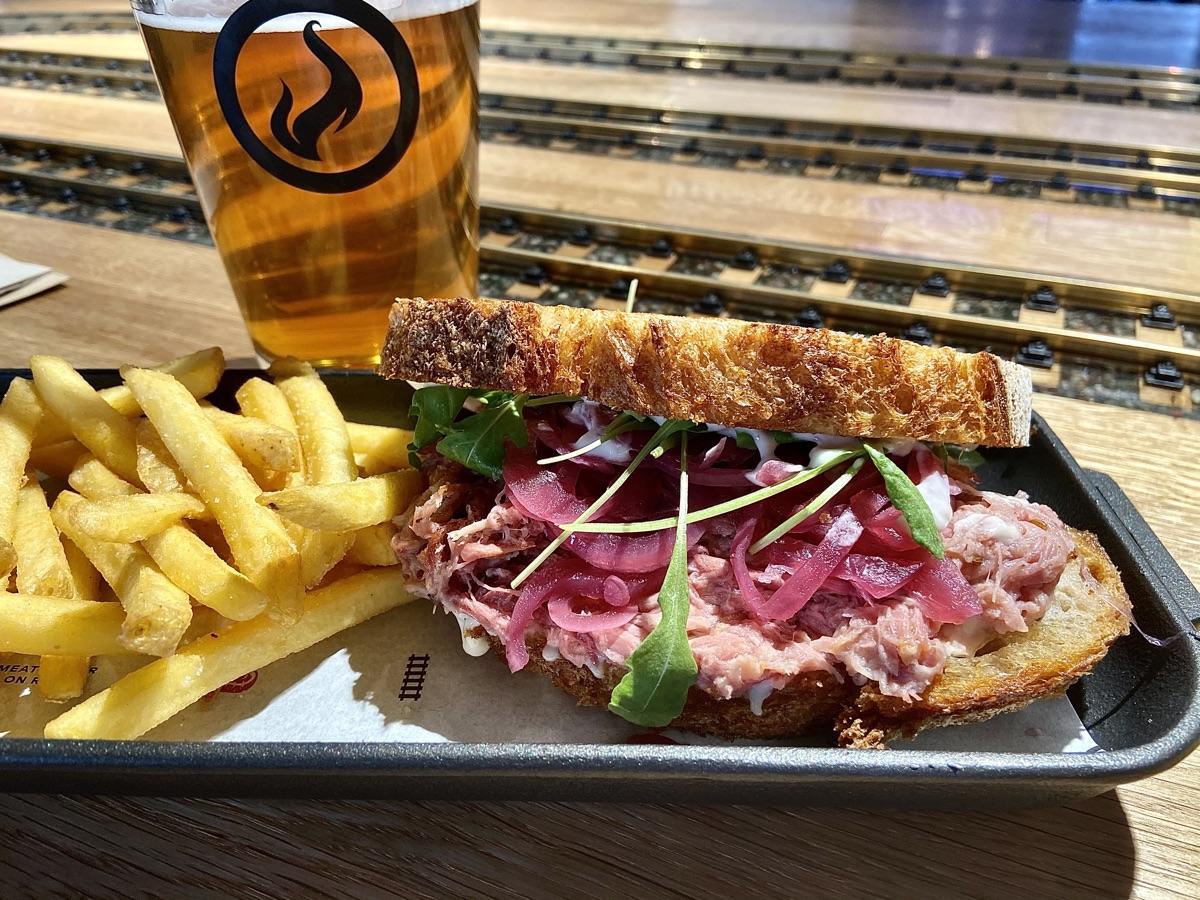 Spanferkel-Sandwich im Restaurant Výtopna | Foto © Helmut Hackl