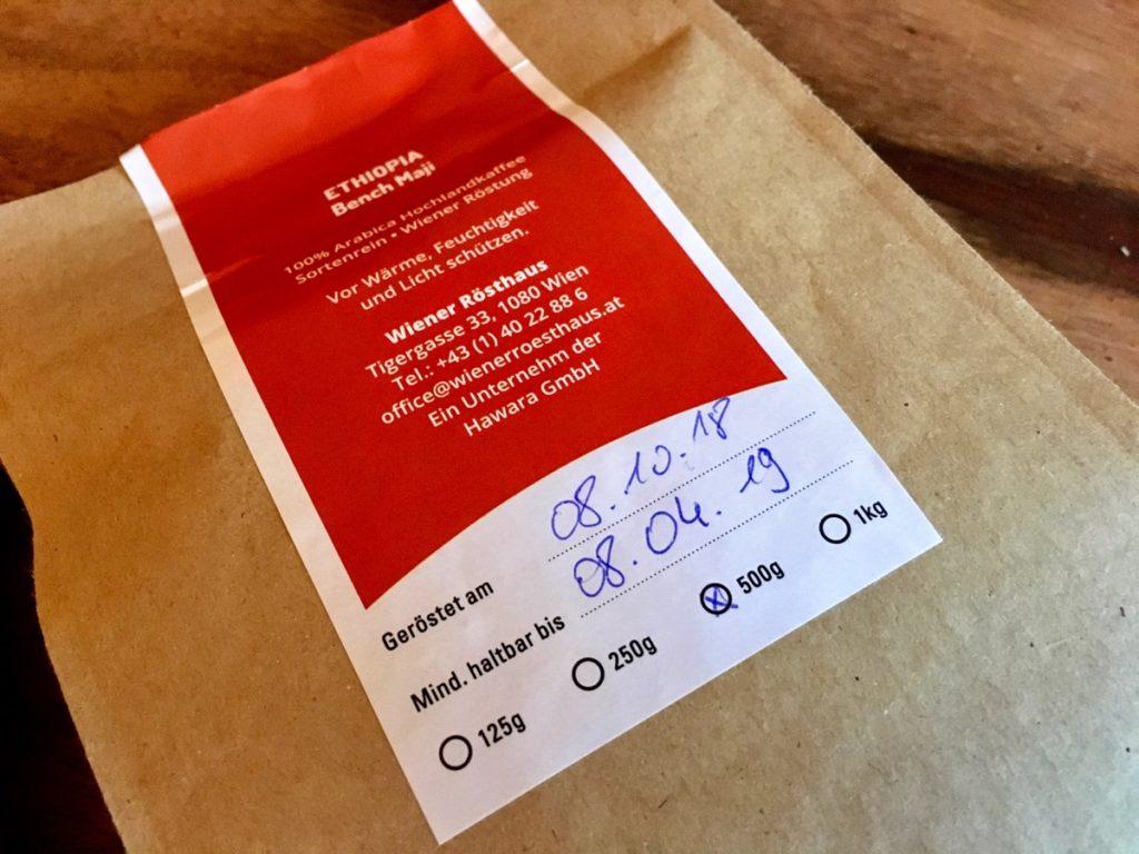 Röstdatum und Haltbarkeit des Kaffees am Bohnensackerl – Foto © Helmut Hackl