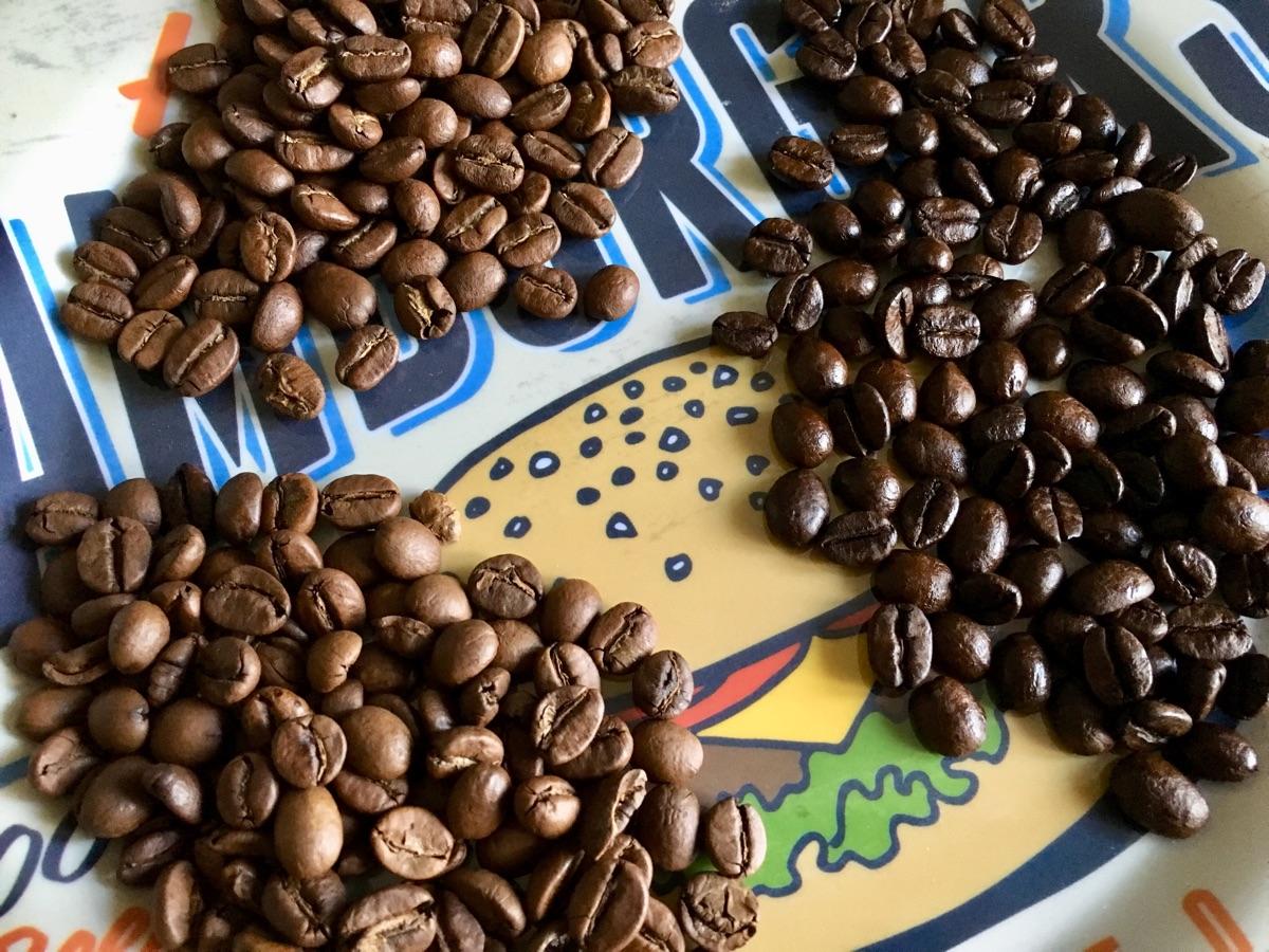 unterschiedliche Röstgrade der Kaffeebohnen – Foto © Helmut Hackl