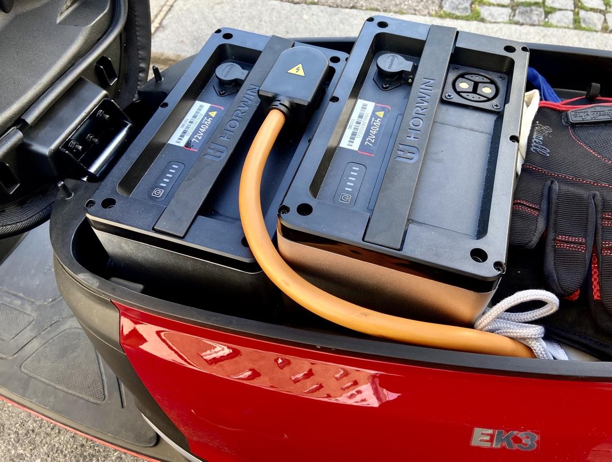 Zwei Akkus im Horwin EK3 Elektroroller | Foto © Helmut Hackl