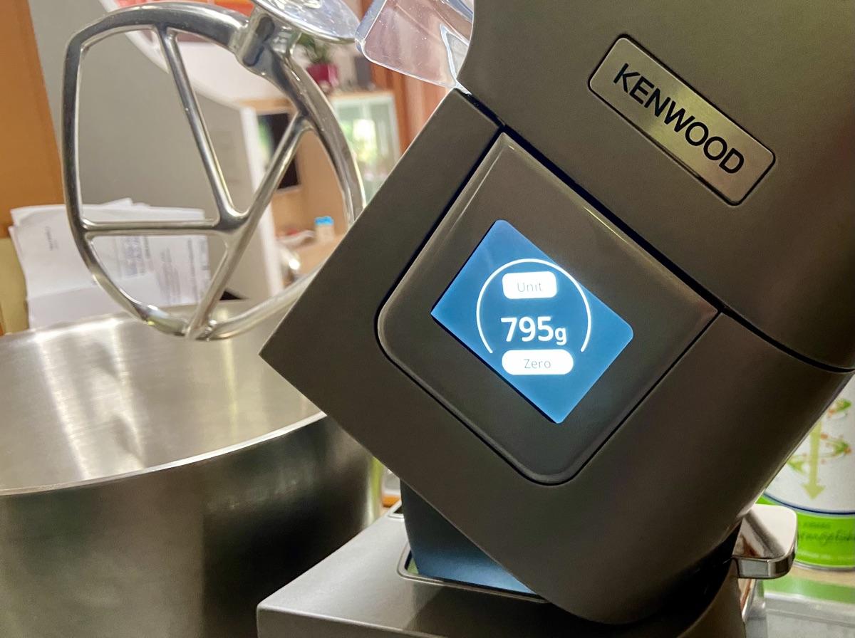integrierte Waage Kenwood Titanium Chef Patissier XL | Foto © Helmut Hackl